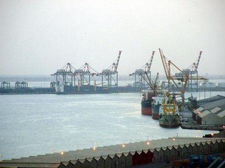 ميناء عدن يبدأ باستقبال السفن التجارية