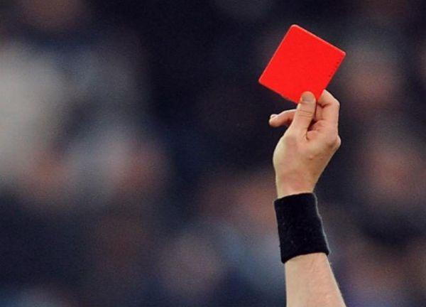 لاعب يقتل حكم بسبب بطاقة حمراء - صحيفة الجامعة