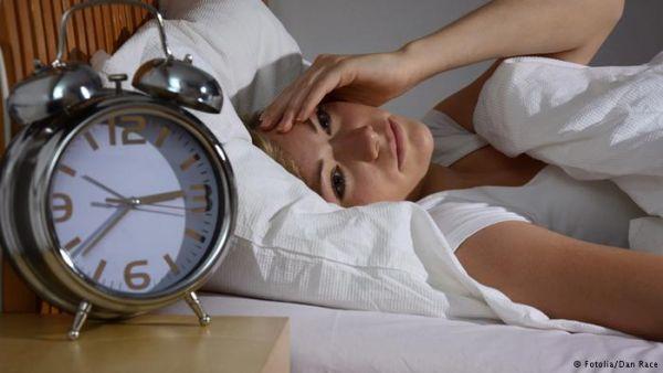 أطعمة ومشروبات تجعلك تستغرق في النوم بسهولة - صحيفة الجامعة