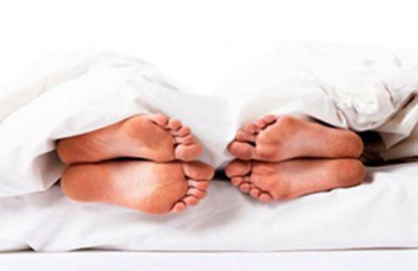النوم بجوار الزوجة يصيبك بالغباء - صحيفة الجامعة
