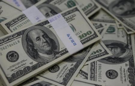الدولار يتراجع لأدنى مستوى في أكثر من أسبوعين بعد بيانات أمريكية - صحيفة الجامعة