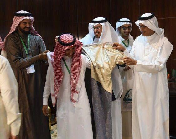 المملكة تكرم طالب يمني يكرم ببردة الشعر في مسابقة وزارة التعليم - صحيفة الجامعة