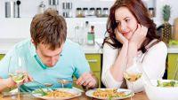 الرجل يأكل في حضور المرأة كالحصان وهي تأكل كالعصفورة