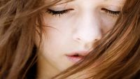 لماذا يغلق العشاق عيونهم عند التقبيل؟