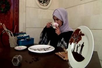 يمنية ترسم بالبُن المطحون للتعبير عن هوية بلدها