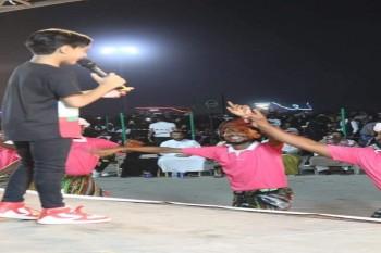 الفنان هشام اليمني يحيي مهرجانا غنائيا حاشدا في المكلا