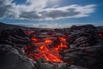 مصور عُماني يوثق الحمم البركانية في أكبر جزر هاواي بمشهد مهيب