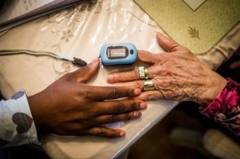 تحذير صحي من تأثير لون البشرة على دقة أجهزة قياس الأكسجين