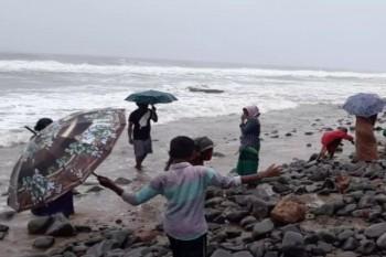 """البحر يقذف """"ذهبا"""" على شواطئ قرية هندية"""