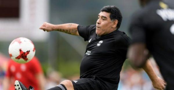 مارادونا يلعب كرة القدم مع مادورو ويقدم دعمه - صحيفة الجامعة