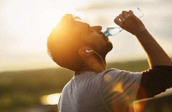 ما هي الأمراض التي يمكن معالجتها بشرب المزيد من الماء؟ - صحيفة الجامعة