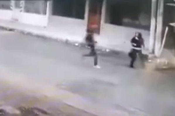 كلبان يحميان امرأة من سطو مسلح (فيديو) - صحيفة الجامعة