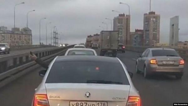 شاهد - سائق يلقي قنبلة يدوية على الطريق - صحيفة الجامعة