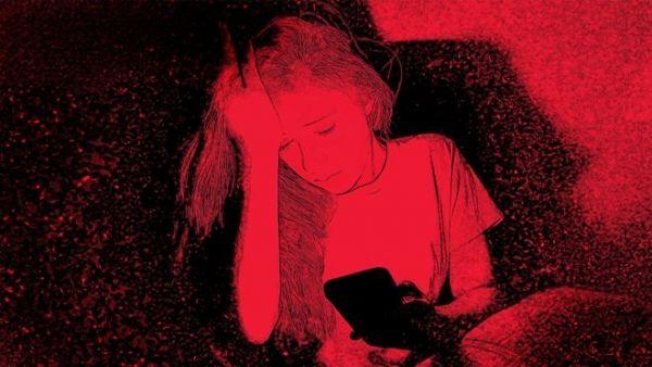 كيف تتعرض الفتيات للابتزاز الجنسي عبر كاميرات الإنترنت؟ - صحيفة الجامعة